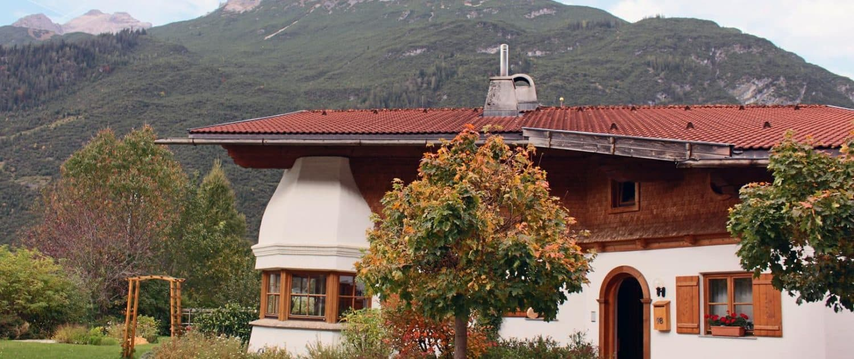 Ferienwohnung Sonja - Hausansicht mit Klimmspitze im Hintergrund