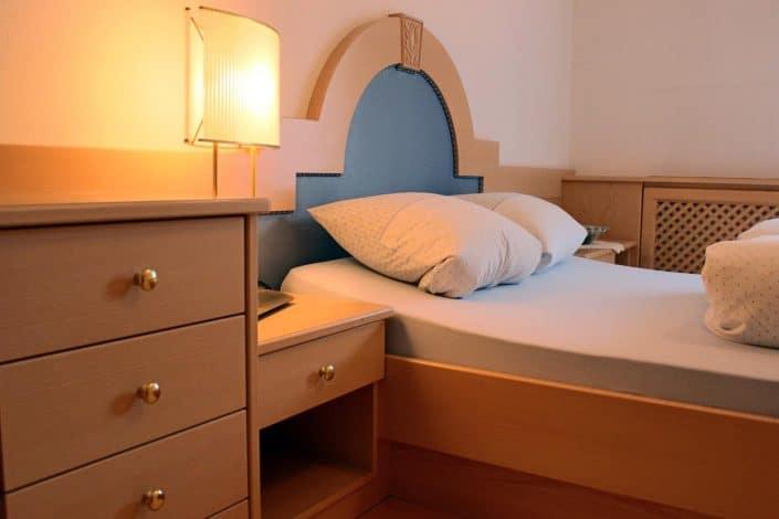 Ferienwohnung Sonja - Schlafzimmer 1 mit Nachtkästchen