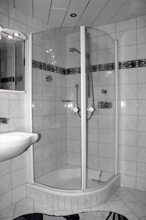 Ferienwohnung Sonja - Badezimmer 2 mit Dusche, Waschtisch und WC
